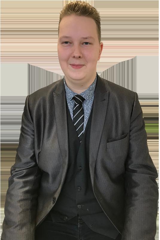 Een zakelijke foto van Wesley Tabak. Een serieus jurist die jongeren helpt.
